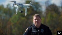 El número de agencias de seguridad pública con drones en Estados Unidos se ha duplicado desde fines de 2016. En la foto, el agente de Streetsboro, Ohio, Scott Hermon pilotea el primer drone de su departamento de Policía. Oct. 16 de 2017.