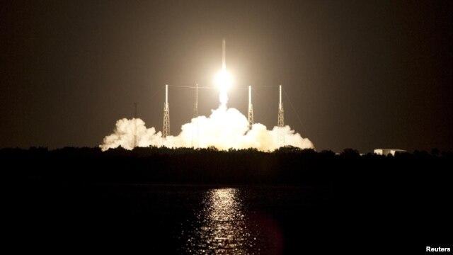 Tàu Dragon của công ty SpaceX có trụ sở tại bang California đã được phóng lên không gian từ Mũi Canaveral thuộc bang Florida, Mỹ, bên bờ Đại Tây Dương, ngày 7/10/2012