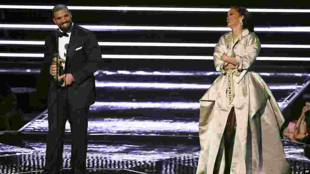 Le rappeur canadien Drake, et la chanteuse américaine Rihanna sur le podium de Madison Square Garden, le 28 août 2016.