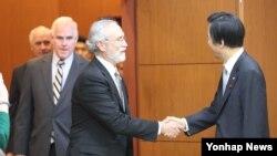 윤병세 한국 외교부 장관(오른쪽)이 19일 서울 도렴동 외교부 청사에서 미국 하원 규칙위원회 위원장인 피트 세션스 공화당 의원을 단장으로 하는 미국 여야 의원단과 악수하고 있다.