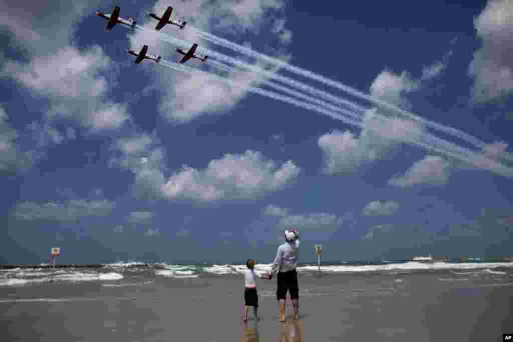 Izraelci posmatraju jedan od pokaznih letova tokom obilježavanja Dana neovisnosti u Tel Avivu.