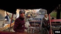 Inflasi merupakan isu peka secara politis di India, di mana dua pertiga lebih penduduk hidup dengan kurang dari dua dolar sehari.