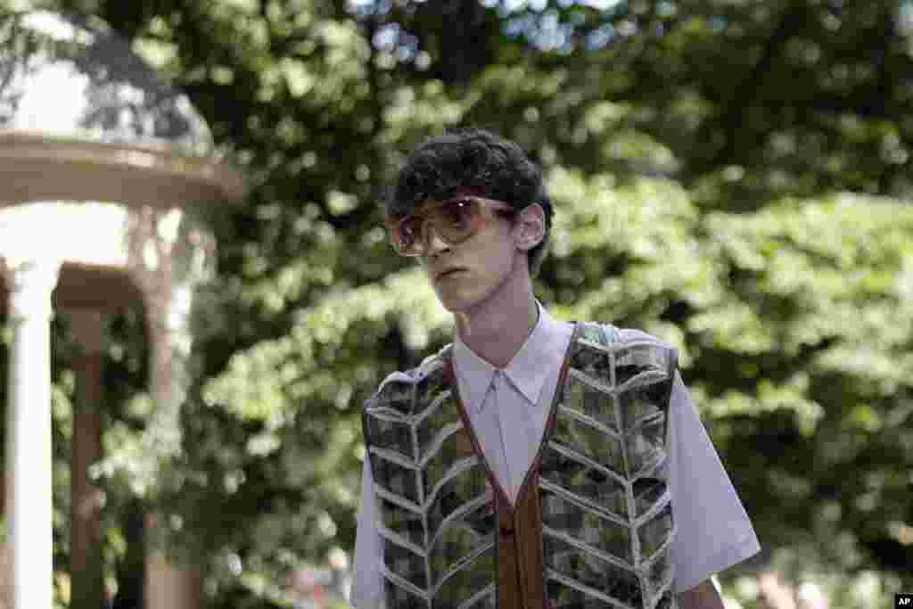 ادامه هفته مد میلان برای لباسهای بهاره و تابستانه ۲۰۲۰. یک مدل با لباس برند فندی.