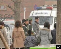 在天安门广场地区值勤的武警和公安