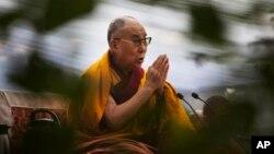16일 인도 뉴델리에서 달라이 라마가 14세기 티베트 학자인 라마 총카파의 사망 추도 행사에서 기도를 하고 있다.