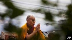 សម្តេច ដាឡៃ ឡាម៉ា បួងសួងនៅក្នុងពិធីគម្រប់ខួបនៃការសុគតរបស់សង្ឃ Lama Tsongkhapa ដែលពិធីនោះធ្វើនៅទីក្រុង ញូវ ដេលី (New Delhi) ប្រទេសឥណ្ឌា កាលពីថ្ងៃទី១៦ ខែធ្នូ ឆ្នាំ២០១៤។