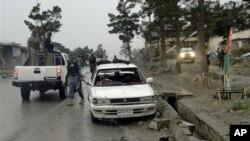아프가니스탄 팍티아 주에서 미군을 노린 자살폭탄 테러가 발생한 가운데, 경찰이 현장을 조사 중이다.