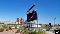 Un monument en clap dans un rond-point de la ville marocaine d'Ouarzazate où des dizaines de films étrangers sont tournés chaque année, le 29 janvier 2015