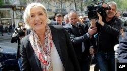 Calon presiden sayap kanan Perancis, Marine Le Pen tersenyum usai memotong rambutnya di Paris, Senin, 24 April 2017. (AP Photo/Michel Euler)