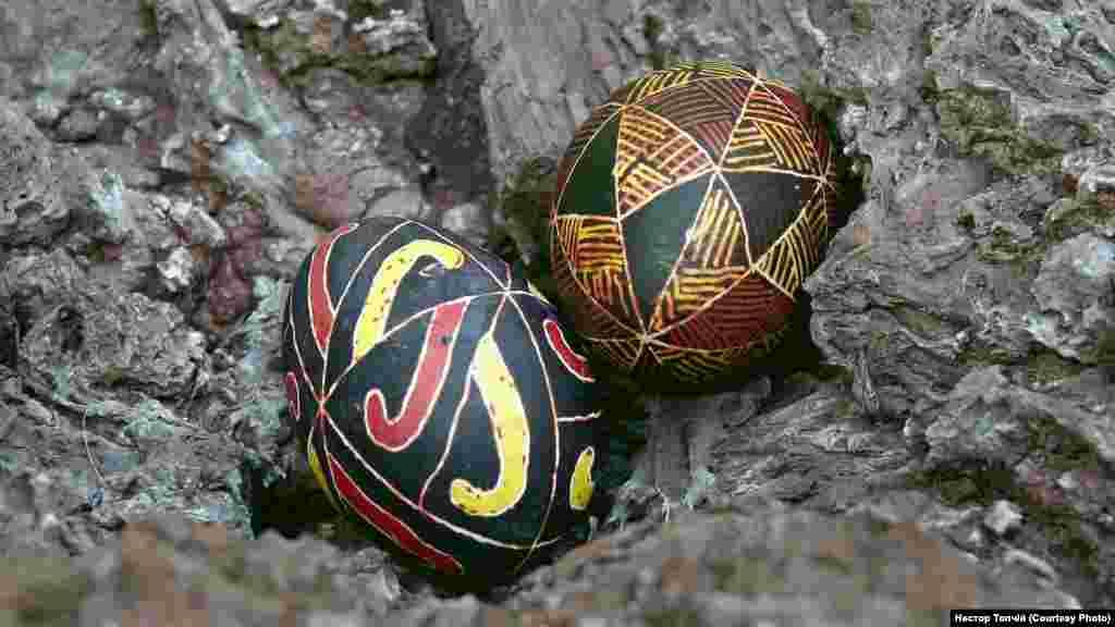 Писанки на вулканічному камені. Автор - Нестор Топчій (Г'юстон, Техас)