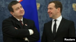 Russia's Prime Minister Dmitry Medvedev (R) and his Serbian counterpart Ivica Dacic attend a signing ceremony outside Moscow, Apr. 10, 2013.