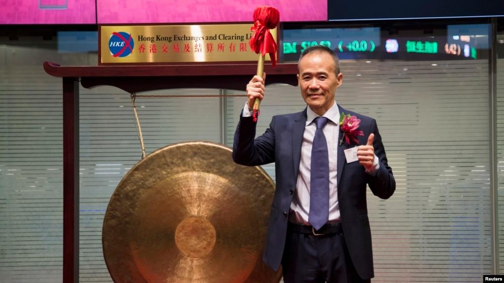 万科公司在香港股票交易所上市,董事長王石在敲鑼之後(2014年6月25日)