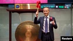 万科公司在香港股票交易所上市,董事长王石在敲锣之后(2014年6月25日)