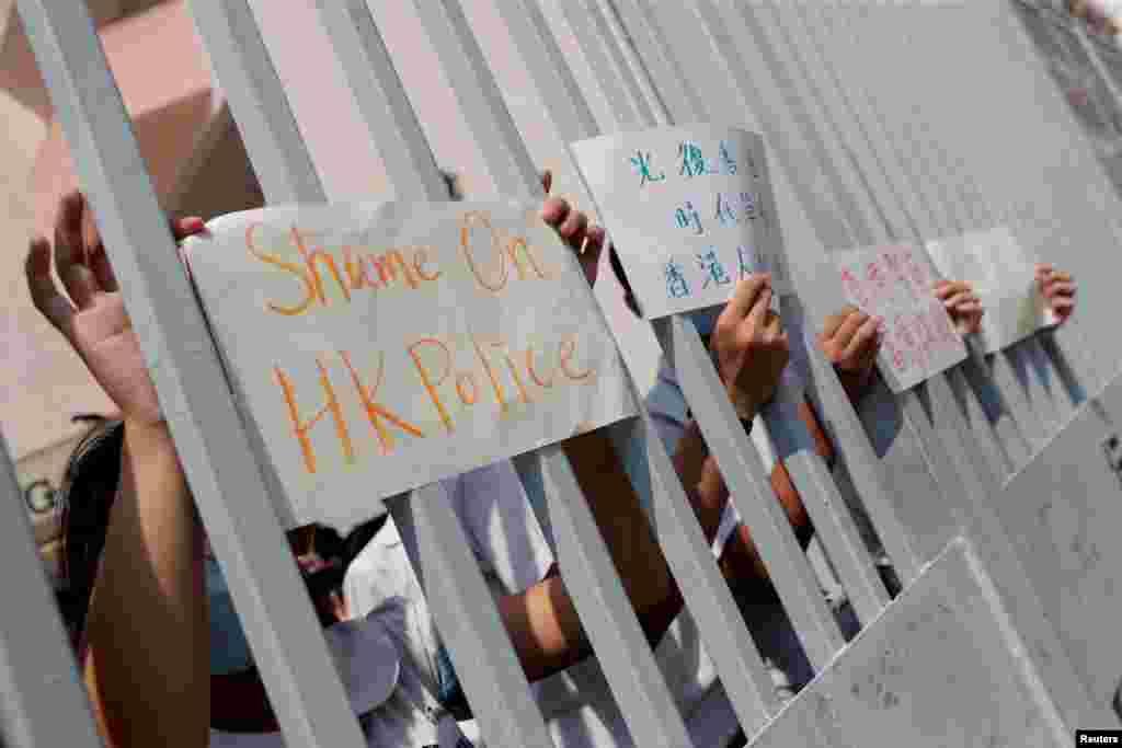 مقامی طالب علم سے اظہار یکجہتی کے لیے مظاہرین نے بینرز اٹھائے ہوئے ہیں۔