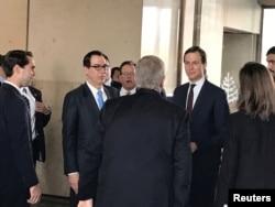 중동 평화 관련 국제회의에 참석하기 위해 바레인을 방문한 재러드 쿠슈너 백악관 선임 고문(오른쪽)과 스티븐 므누신 미 재무장관이 25일 마나마의 숙소에 도착했다.