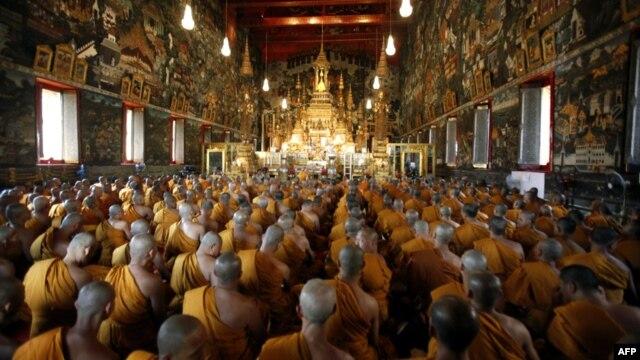 Para biksu Thailand berdoa pada upacara agama yang menandai ulang tahun ke-84 Raja Bhumibol Adulyadej yang dipuja banyak kalangan. (Foto: Dok)