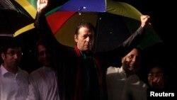 反對黨領袖伊姆蘭.汗(中)