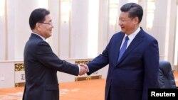 Chủ tịch Trung Quốc Tập Cận Bình bắt tay Cố vấn an ninh quốc gia Hàn Quốc Chung Eui-yong tại Đại sảnh Nhân dân ở Bắc Kinh, ngày 12/3/2018.