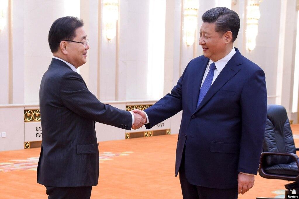中國國家主席習近平(右)在北京人大會堂會見到訪的韓國國家安保室長鄭義溶(左)率領的韓國代表團。 (2018年3月12日)