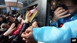 지난해 2월 열린 남북 이산가족 행사에서 북한측 이산가족 대상자들이 버스를 탄 채 한국측 가족들과 작별 인사를 하고 있다. (자료사진)