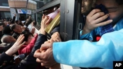 남북 이산가족 행사를 모두 종료한 지난해 2월 북한측 이산가족 대상자들이 버스를 탄 채 한국측 가족들과 작별 인사를 하고 있다. (자료사진)