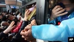 남북 이산가족 행사를 모두 종료한 25일 북한측 이산가족 대상자들이 버스를 탄 채 한국측 가족들과 작별 인사를 하고 있다.