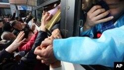 남북 이산가족 행사를 종료한 지난해 2월 북한측 이산가족 대상자들이 버스를 탄 채 한국측 가족들과 작별 인사를 하고 있다. (자료사진)
