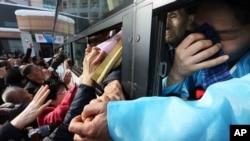 지난해 2월 남북 이산가족 행사가 종료된 뒤 북한측 이산가족 대상자들이 버스를 탄 채 한국측 가족들과 작별 인사를 하고 있다. (자료사진)