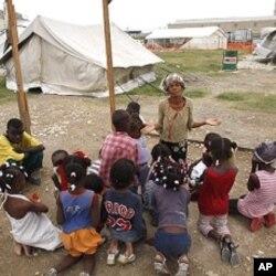 Séance de prière dans un camp de survivants du séisme