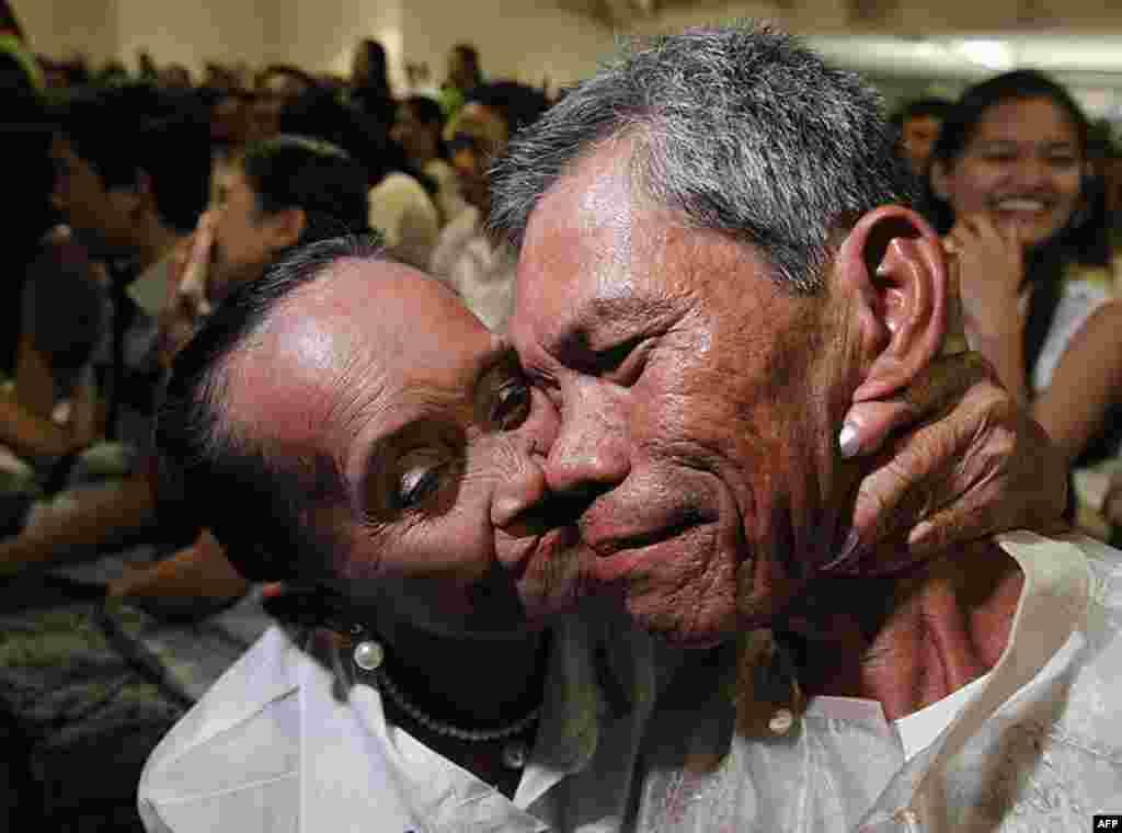 На Філіппінах 66-річна наречена цілує свого 54-річного нареченого під час їхнього весілля у День Святого Валентина