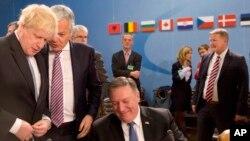 Menteri Luar Negeri AS Mike Pompeo (kanan), berbicara dengan Menteri Luar Negeri Inggris Boris Johnson (kiri), dan Menteri Luar Negeri Belgia Didier Reynders (tengah), selama pertemuan Dewan Atlantik Utara di markas NATO di Brussel, Jumat, 27 April 2018.