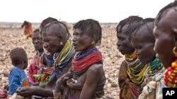 식량배급을 기다리는 아프리카 여인들