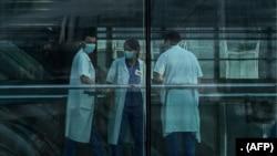 Des agents de la santé à l'hôpital Pompidou en France. (Photo: JOEL SAGET / AFP)