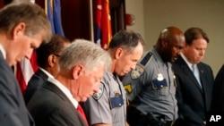 El jefe de policía de Baton Rouge, Carl Dabadie, Jr. (centro) informó que los policías implicados fueron suspendidos con pago de sueldo mientras dure la investigación.