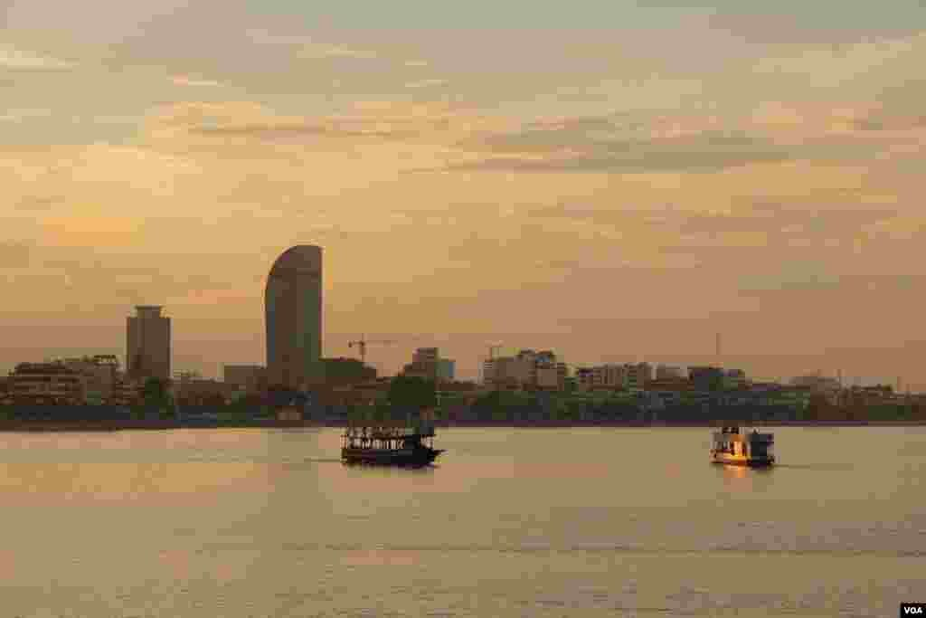 View of Phnom Penh in late afternoon from the other side of the Mekong River, September 27, 2014. (Nov Povleakhena/VOA Khmer)