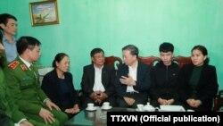 Bộ trưởng Bộ Công an Tô Lâm (giữa) đến chia buồn với gia đình của một trong những viên chức công an tử vong trong vụ đụng độ với người dân ở Đồng Tâm, Hà Nội, ngày 11 tháng 1, 2020.