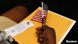 Các nhà bảo thủ từ lâu bày tỏ quan ngại về việc dân nhập cư được tiếp cận những phúc lợi công cộng dành cho công dân Mỹ vì họ cho rằng việc này làm cạn kiệt nguồn lực và là gánh nặng lên vai người thọ thuế Mỹ.