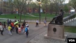 中國遊客參觀哈佛大學(資料圖片)