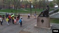 中国游客参观哈佛大学(资料照)