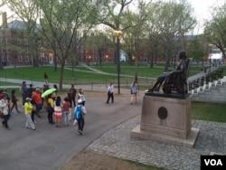 亚洲游客参观哈佛校园。(资料照)
