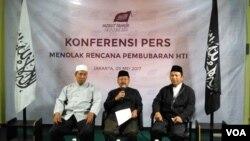 Para pengurus pimpinan pusat HTI dalam sebuah konferensi pers di kantor HTI Pusat Jakarta Mei 2017. (Foto: Andylala/VOA)