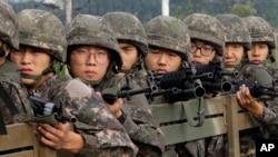 韩国陆军士兵2015年8月24日在韩国的波州市执行任务。波州市界上的板門店為南北停戰區的最前線位置。