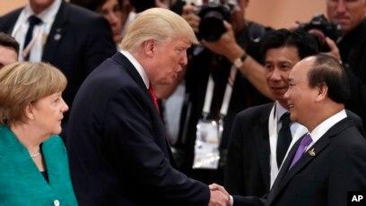 Berlin cho biết Việt Nam đã yêu cầu cho dẫn độ ông Thanh về Việt Nam tại hội nghị G20 ở Đức. Trong ảnh là Thủ tướng Đức Merkel nhìn Tổng thống Trump và Thủ tướng Việt Nam Nguyễn Xuân Phúc bắt tay nhau.