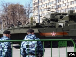 """5月7日红场阅兵前夕彩排时停在莫斯科街头的""""阿尔玛塔""""战车(美国之音白桦拍摄)"""
