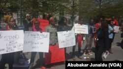 An gudanar da zanga-zanga yau talata 6/5/2014 a kofar ofishin jakadancin najeriya dake Washington, DC, kan neman da a ceto dalibai mata na Chibok da 'yan Boko Haram suka sace