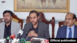 بلوچستان کے وزیرِ اعلیٰ میر عبدالقدوس بزنجو پریس کانفرنس کر رہے ہیں