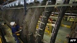 Một nhân viên làm việc trên một chiếc Boeing 767 tại nhà máy Mitsubishi Heavy Industries ở Nhật Bản