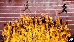 Nhiều người ở Ðông London vẫn mong chờ hào quang Olympic mang lại những lợi ích thực tế và hữu hình hơn như các nhà tổ chức và các chính trị gia đã hứa.