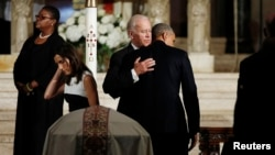 Presiden AS Barack Obama memeluk Wakil Presiden Joe Biden dalam upacara pemakaman putra Biden, Beau, di Gereja St. Anthony of Padua, Wilimington, Delaware, AS (6/6). (Reuters/Kevin Lamarque)