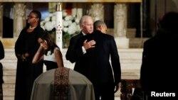 바락 오바마 미국 대통령이 6일 조 바이든 부통령 장남의 장례식에 참석해 바이든 부통령을 위로하고 있다.